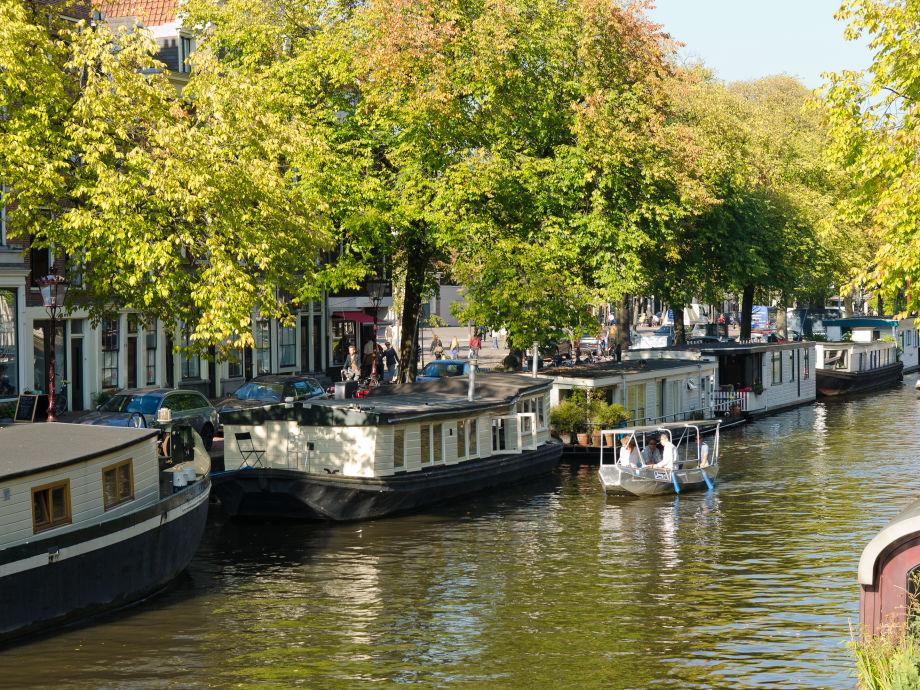 Blick auf das Hausboot von der Brücke Prinsestraat