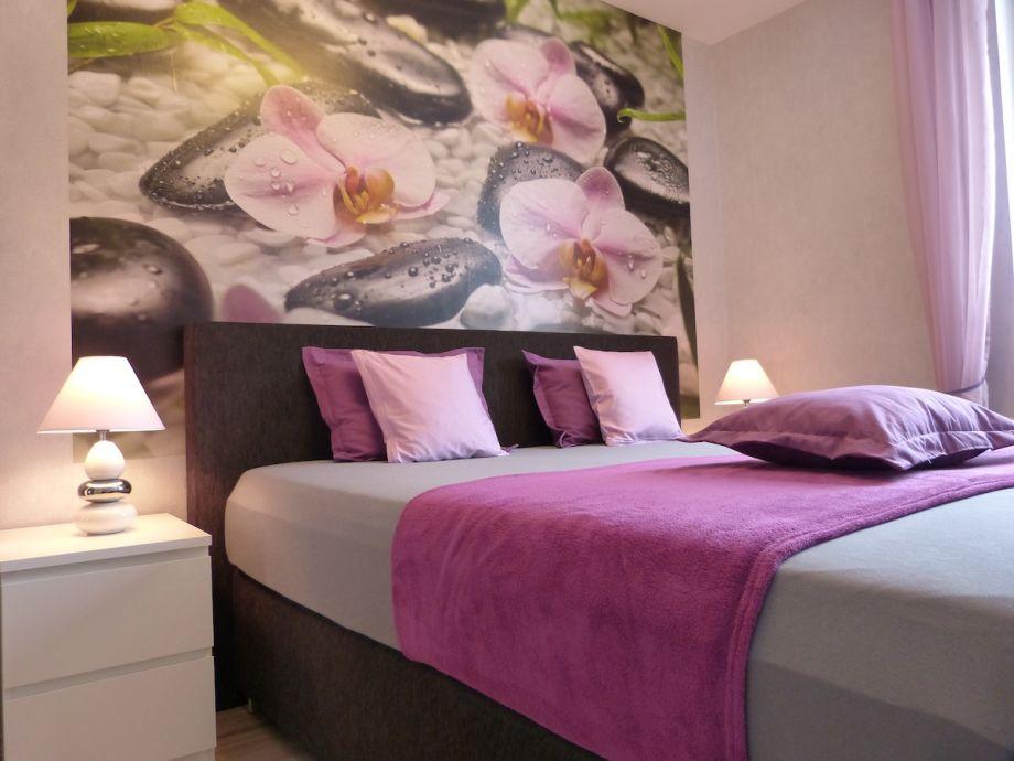 Schlafzimmer m. Luxus-Boxspringbett