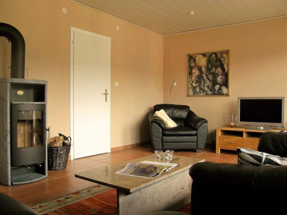 Wohnzimmer mit Kaminofen und Fernseher