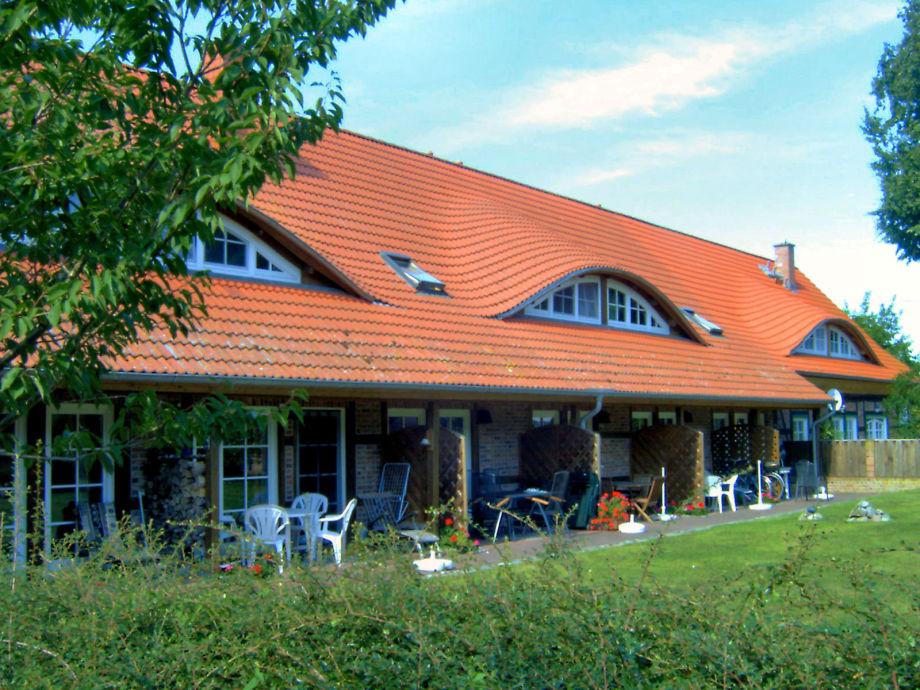 Jede Ferienwohnung mit eigener Terrasse zum Garten