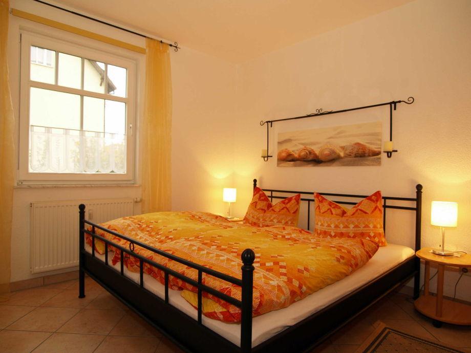 Das Schlafzimmer mit Doppelbett und Kleiderschrank