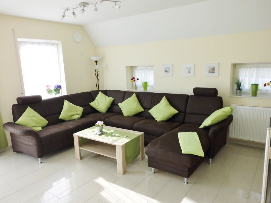 Gemütliche große Couch im Wohnzimmer