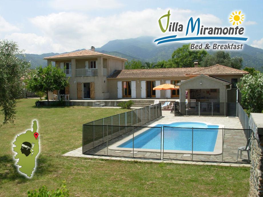 Gesamtansicht von Osten auf die Villa mit Bergpanorama
