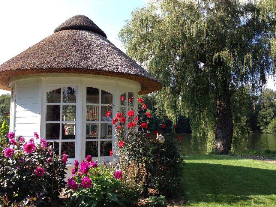 Pavillon und blick zum wasser ferienhaus im herbst