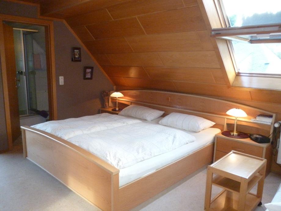 Schlafzimmer 1 mit Schlafsofa  und Zugang zur Loggia