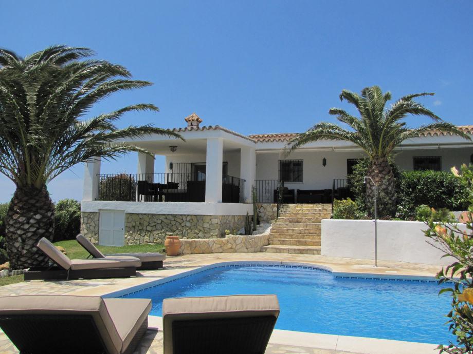 Große Terrasse und Poolbereich