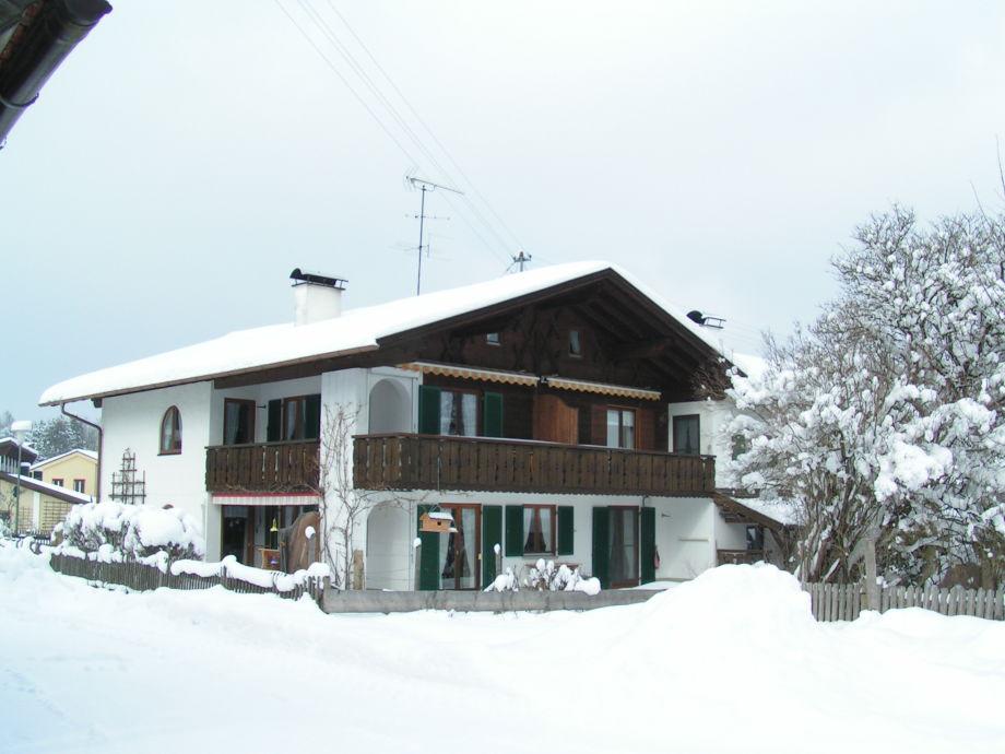 Außenansicht im Winter mit Balkon