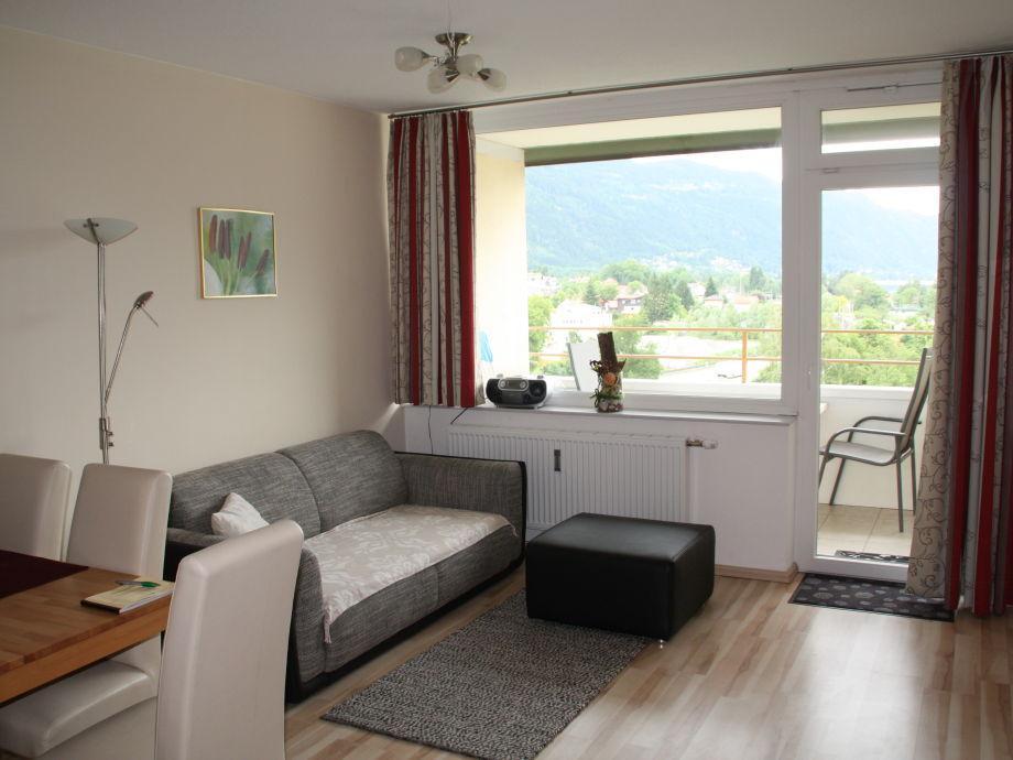 Gemütliche Couch im Wohnzimmer