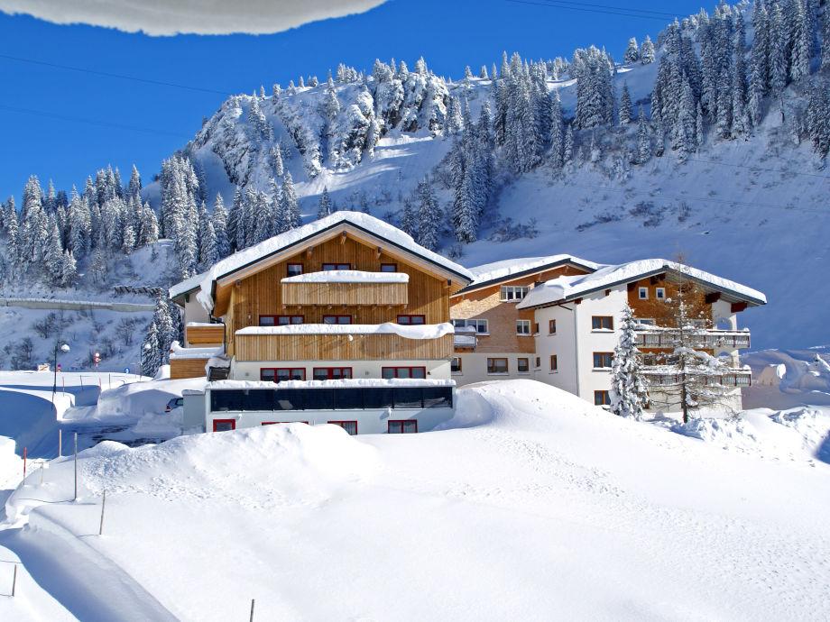 Haus Rothorn umgeben von Schnee