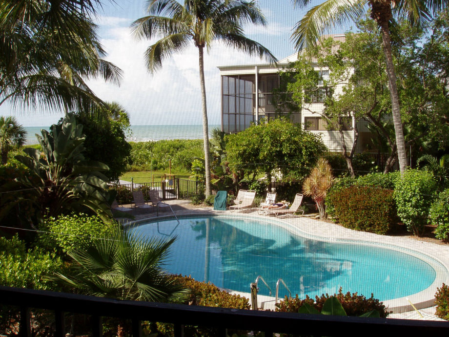 Blick auf Pool & Strand