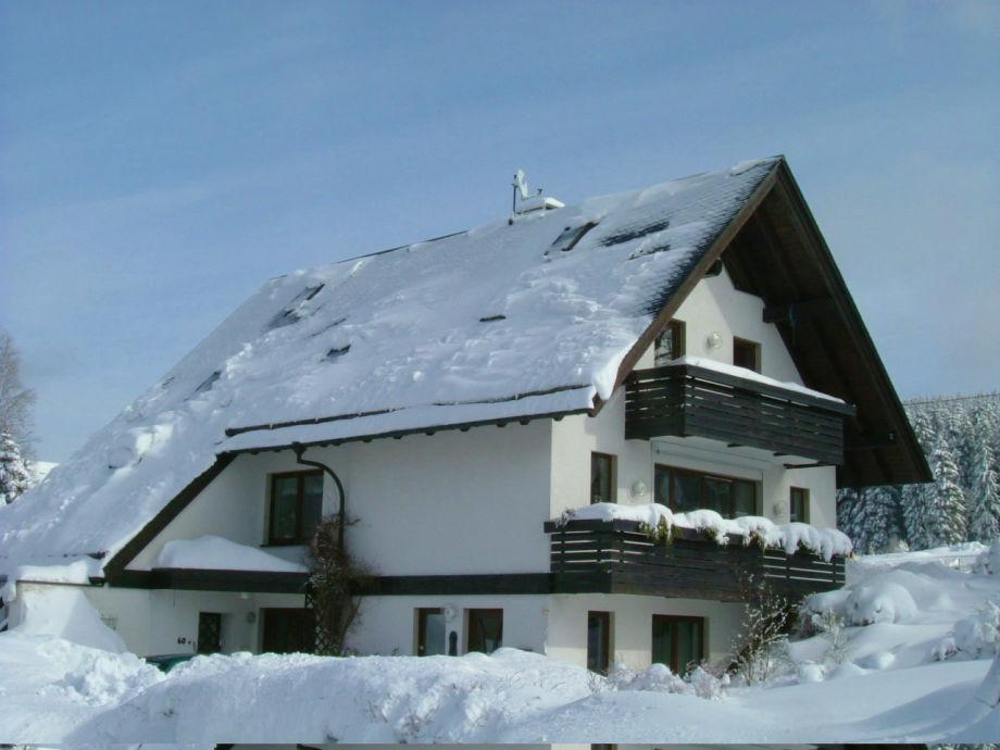 Ferienhaus tief verschneit