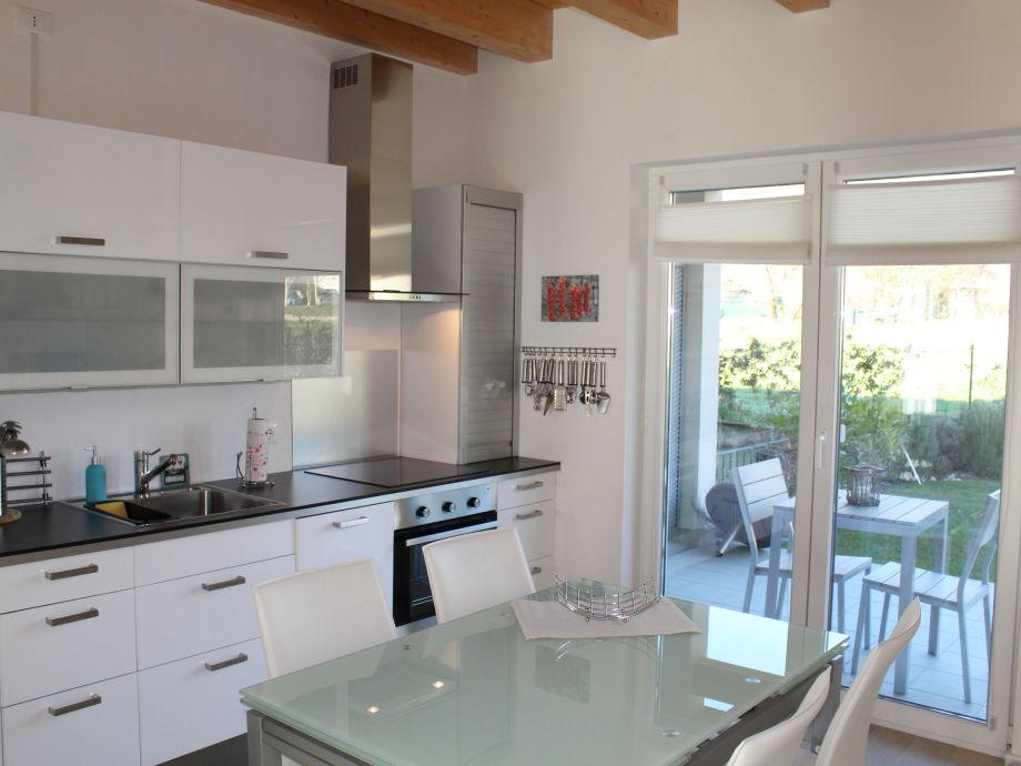 Wohnraum mit top ausgestattete Kueche und Terrasse