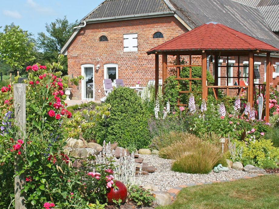 Blick  auf Terrasse, Pavillon und Eingang