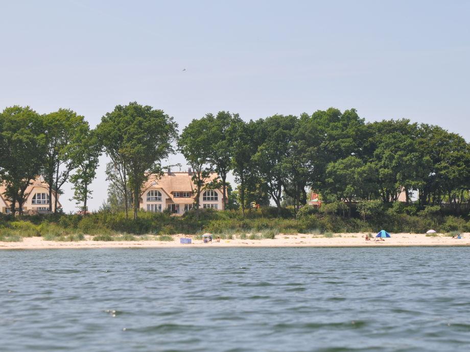 Blick von der Ostsee auf das Strandhaus mit Badestrand