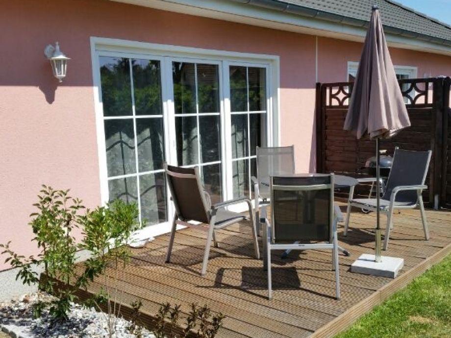 Terrasse mit bequemen Gartenmöbeln