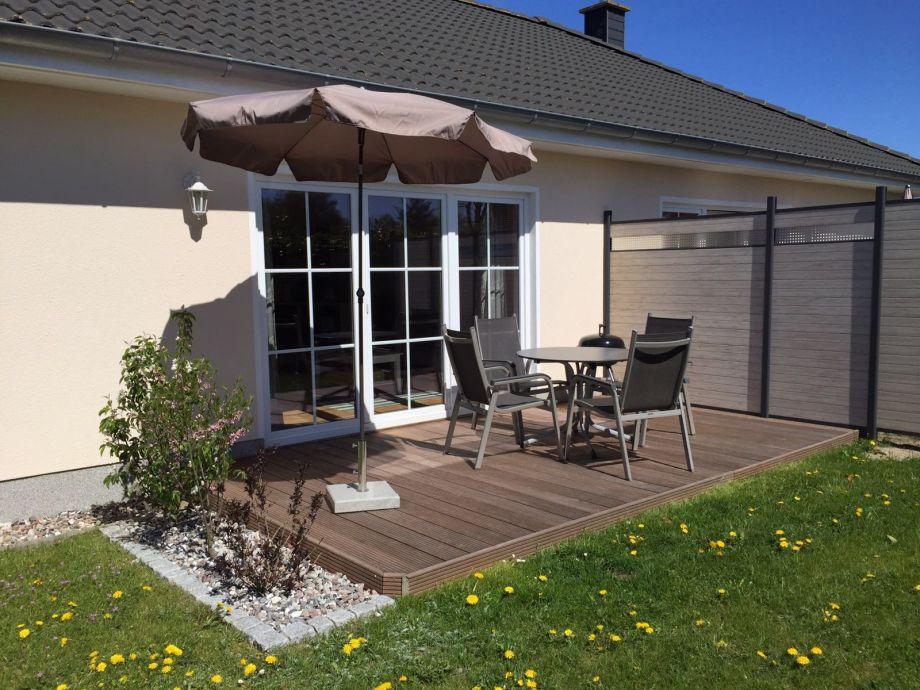 gemütliche Terrasse mit Gartenmöbeln
