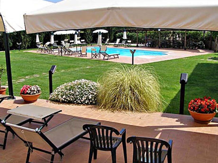 Sonnenterrasse mit Blick auf den Garten und den Pool
