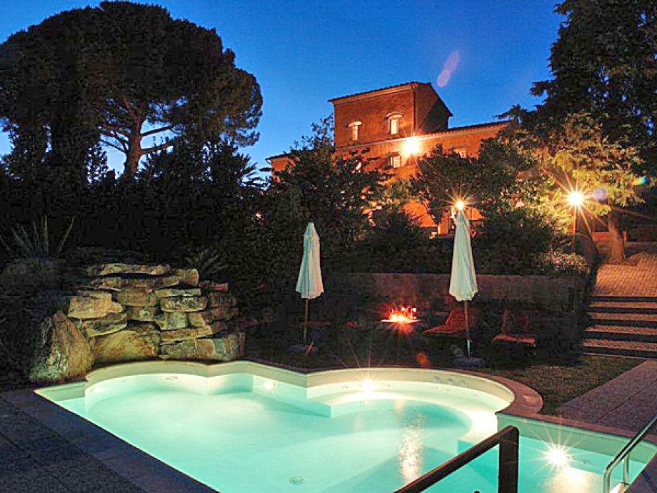 Abendstimmung - die Villa mit Pool