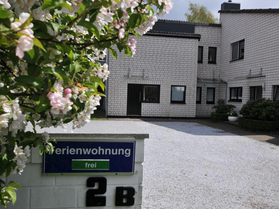 Eingangsbereich und Parkplatz