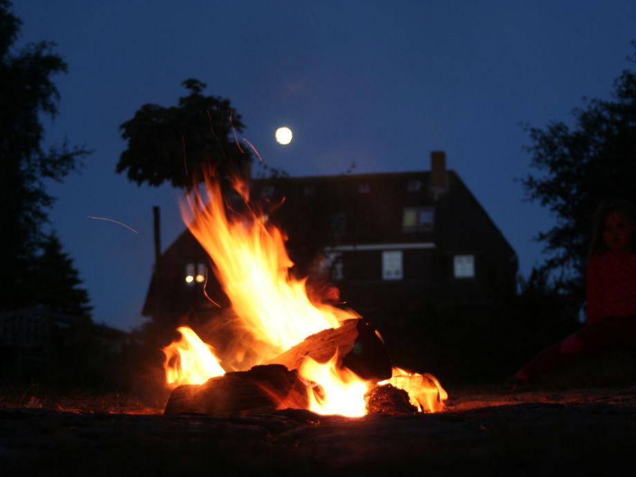 Lagerfeuer im Kapitänshaus-Inselgarten.