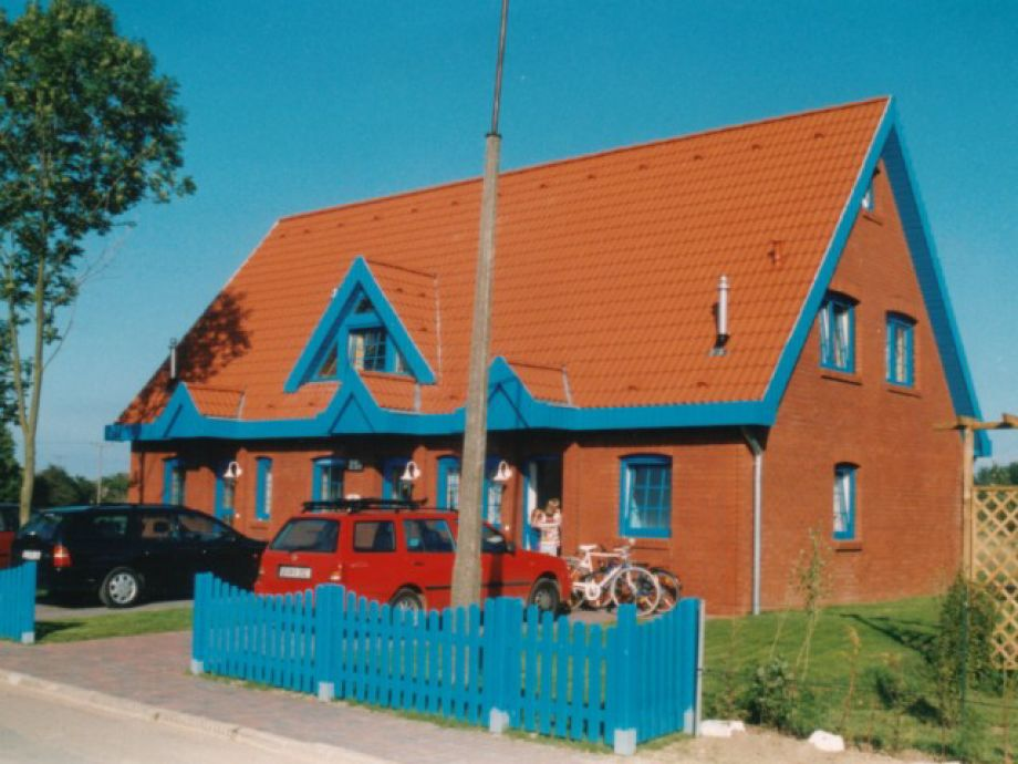 Vorderansicht des Hauses mit PKW-Stellplätzen