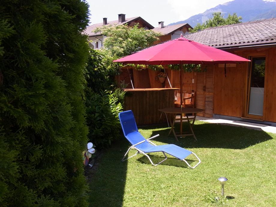 Der Garten zum Sonnenbaden vor der Gartenlaube