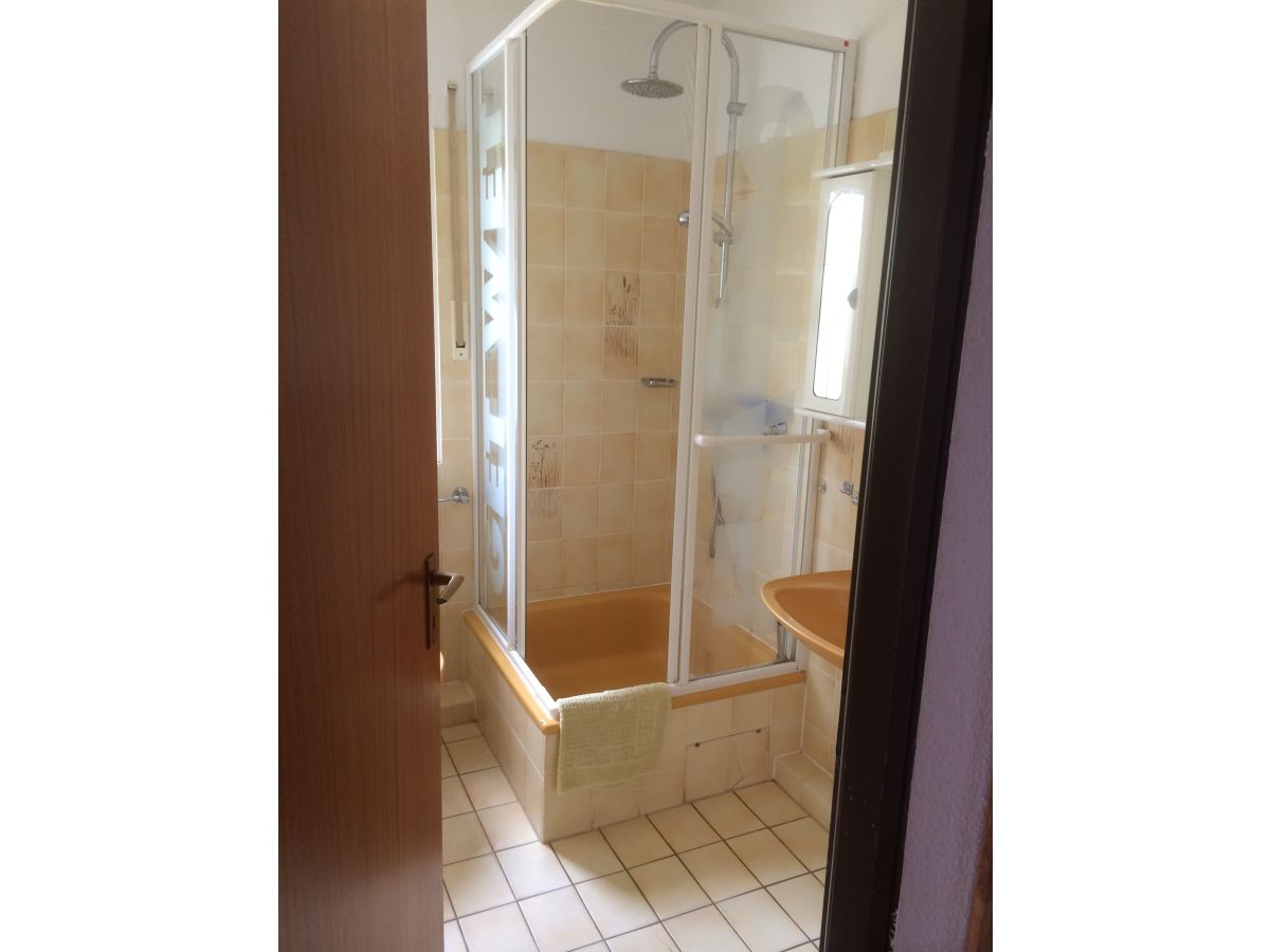Dusche Am Fenster : mit Balkon Stand 04.2014 Whg.8 Badezimmer mit Fenster, Dusche, usw