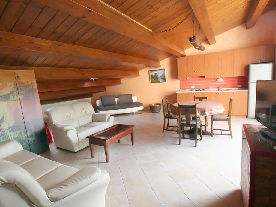 Geräumiges Wohnzimmer mit Balkon