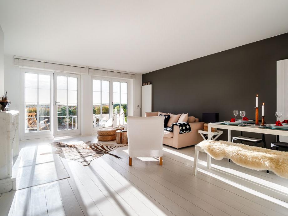Wohn-/Esszimmer mit Blick auf die Terrasse