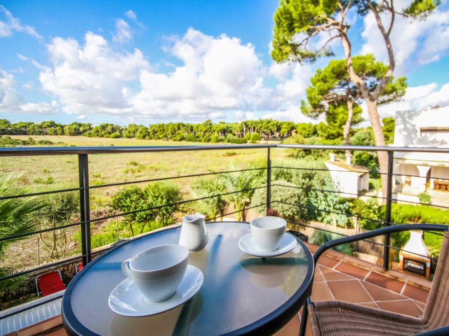 Kaffee oder Tee trinken mit schöner Landschaft