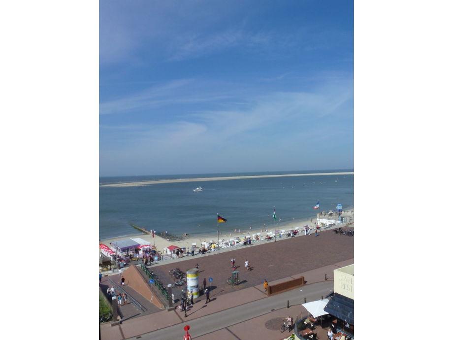 Blick vom Balkon auf Promenade, Strand u. Seehundsbank