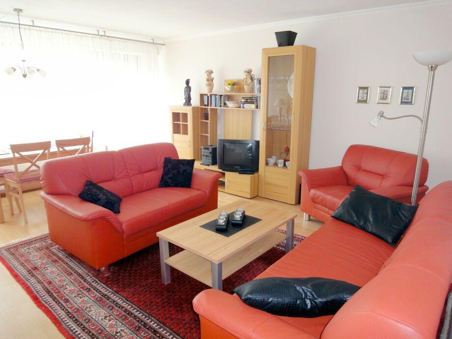 Wohnzimmer - Couch und Eßtisch