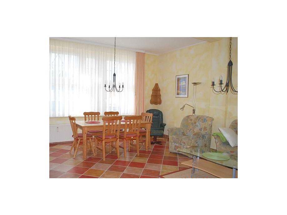 Blick in den Wohnraum mit dem großen Esstisch.