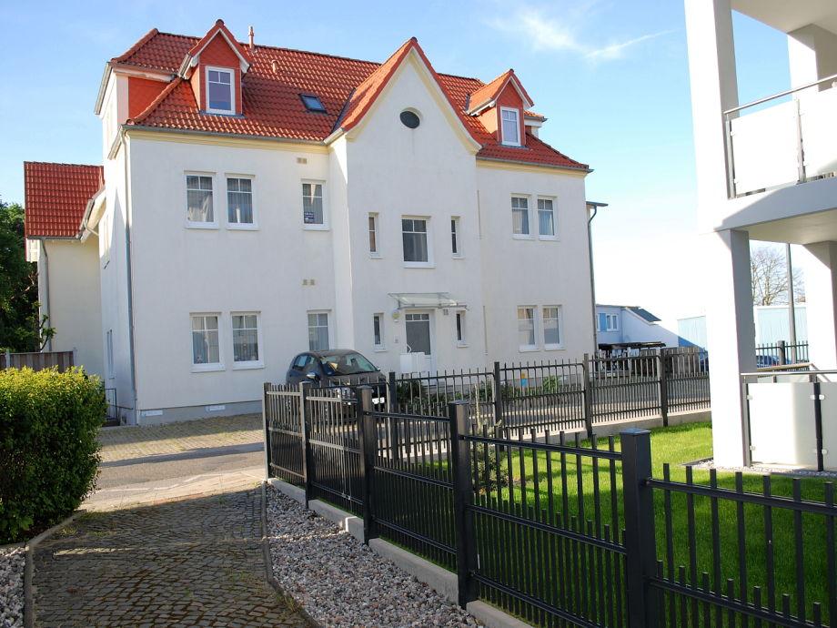 Blick vom Nachbargrundstück auf das Haus