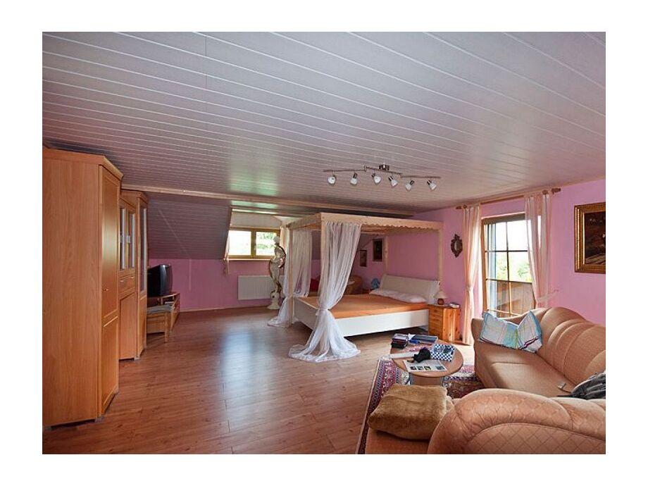 Romantikzimmer mit Himmelbett und Kachelofen