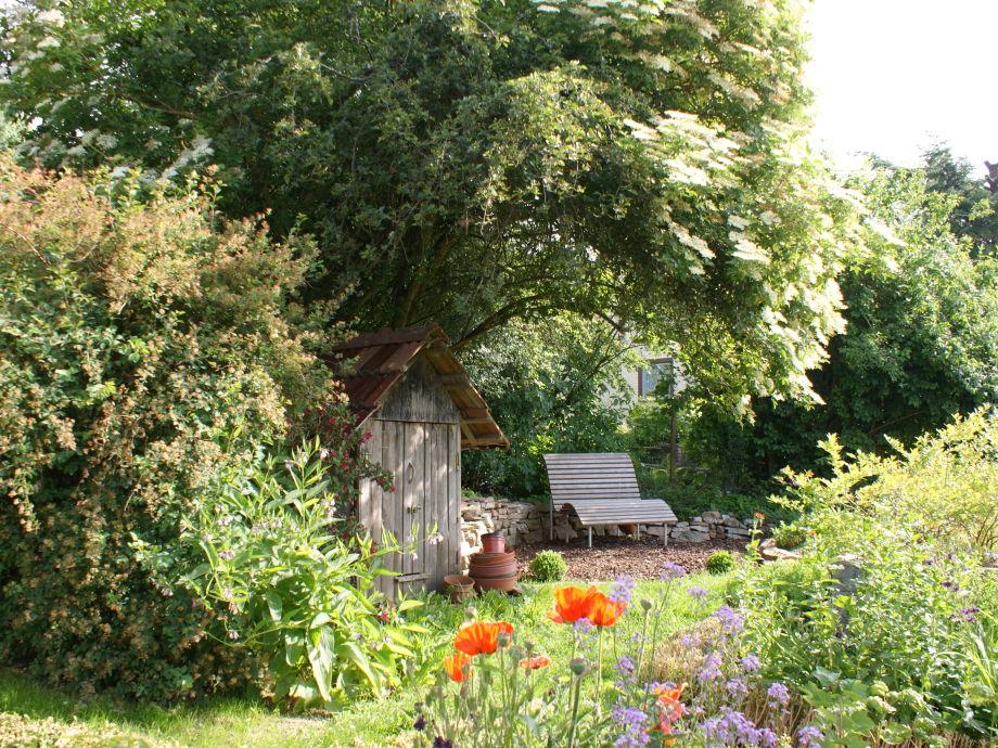 Wohlfühlbank im Garten am Ferienhaus
