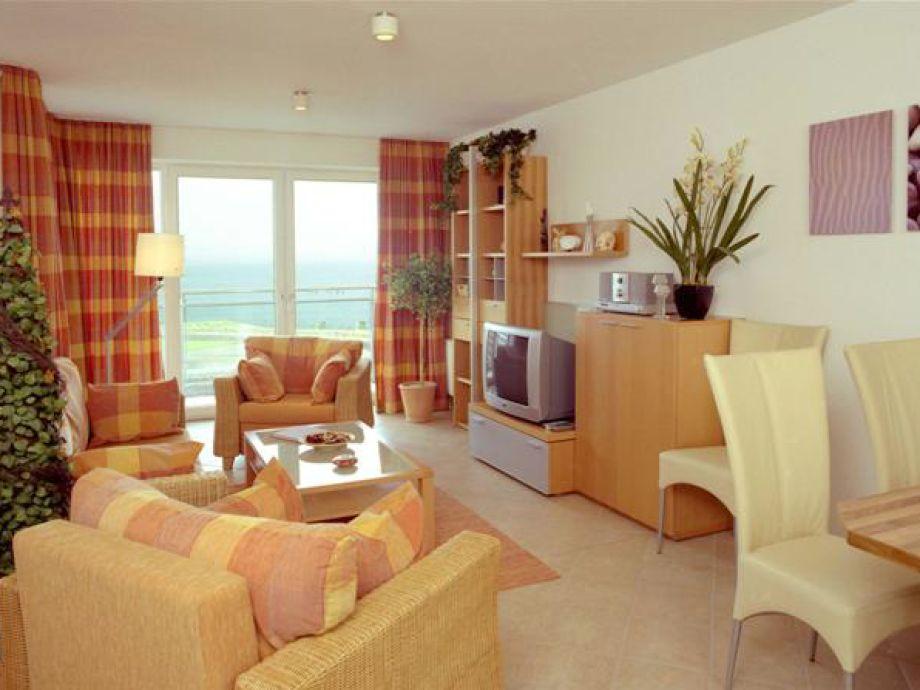 schöner Wohnraum in warmen Farbtönen
