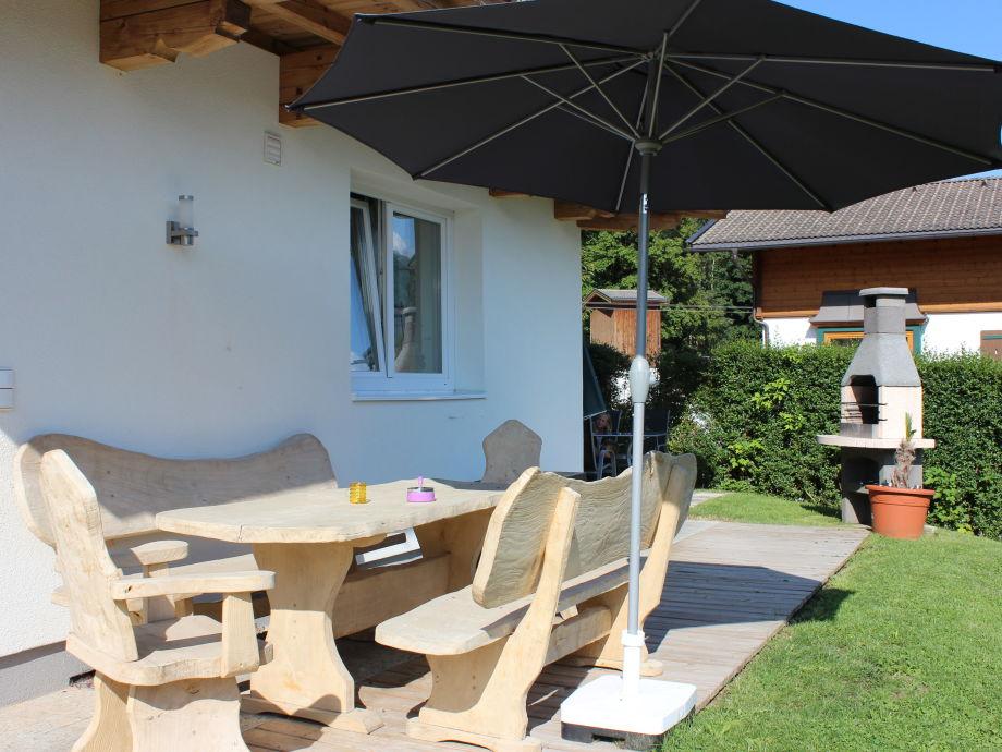 Terrasse mit gemütlicher Sitzgarnitur und Grillkamin