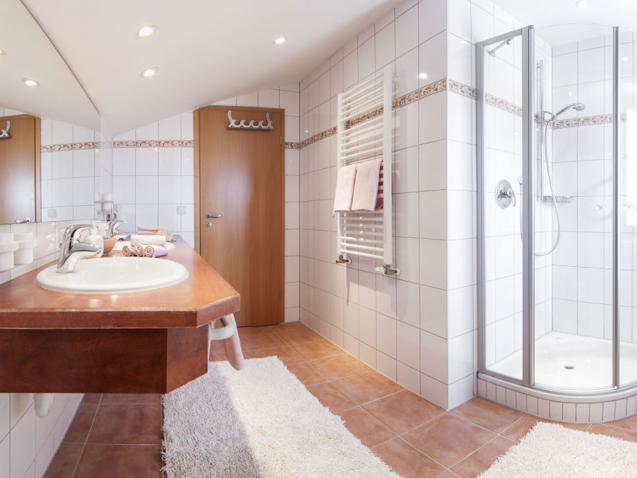 Großes, schönes Duschbad