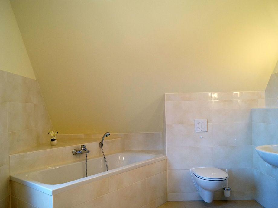 Ferienwohnung bastians reethus glowe auf r gen firma for Badezimmer im dachgeschoss
