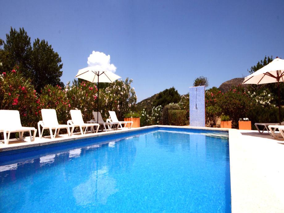 entspannen Sie am Pool und vergessen Sie den Alltag