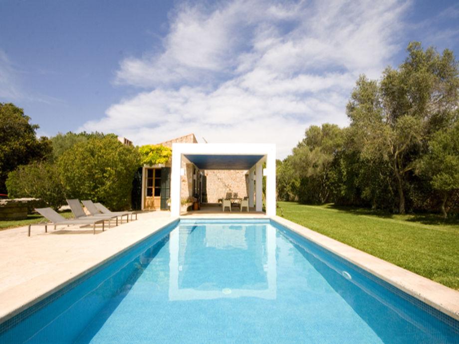 Blick auf den privaten Pool und die Villa