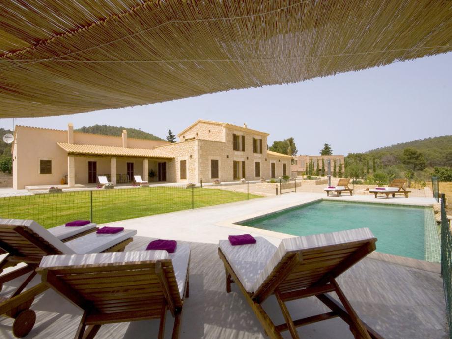 Sonnenliegen am privaten Pool laden zum relaxen ein