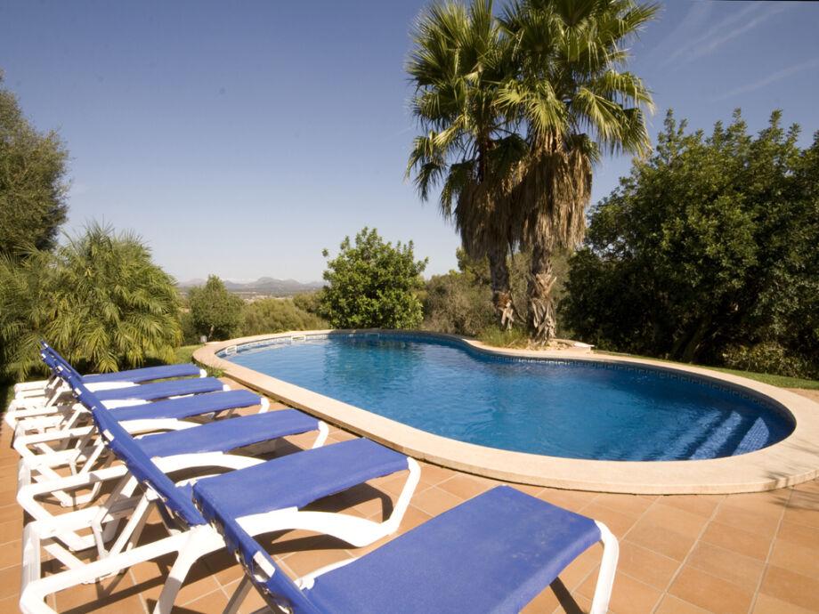 Am Pool entspannen und den traumhaften Blick geniessen
