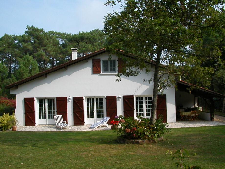 Außenansicht mit Garten und Terrasse