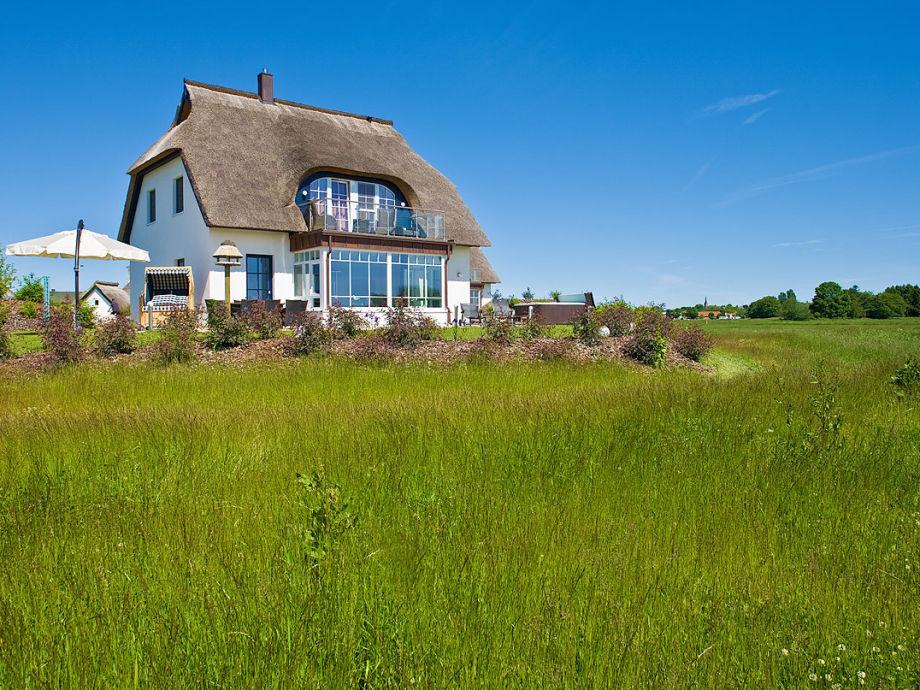 Blick von der Wiese auf das Ferienhaus