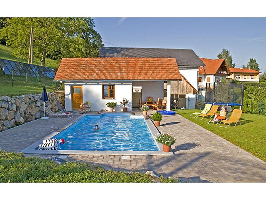 Swimmingpool in sonniger Lage mit Liegewiese