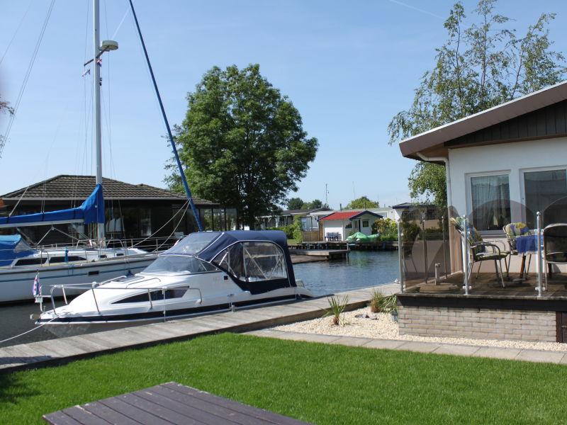 Wasser-Chalet, mit Sportboot am eigenen Steg
