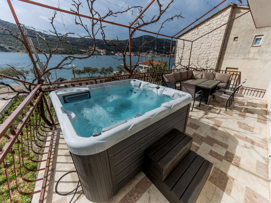 Large terrace with jacuzzi, 10 m from sea and beach