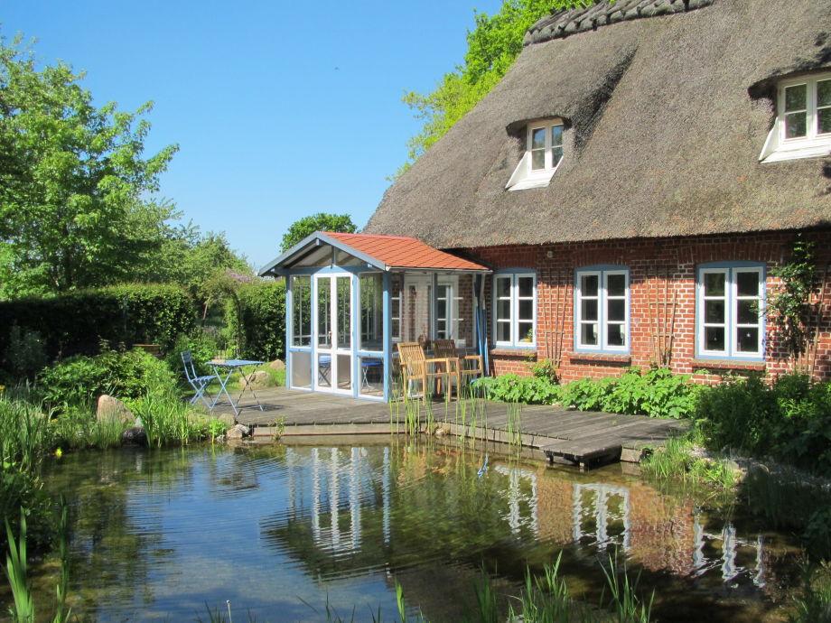 Reetdachhaus mit Teich
